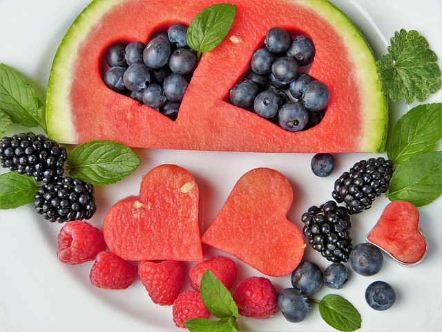 Anche la frutta ha i carboidrati. Vediamo come sceglierla e quanta mangiarne